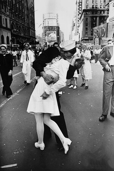 401px-Legendary_kiss_V–J_day_in_Times_Square_Alfred_Eisenstaedt